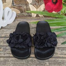Divatos fekete lányka papucs virágokkal