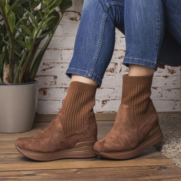 Belebújós női bokacsizma-zoknicipő hatású