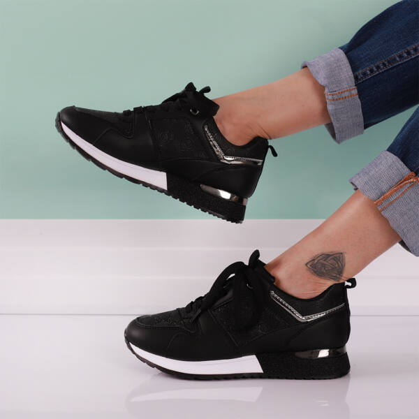 Női fekete sportcipő csillámos sarokkal
