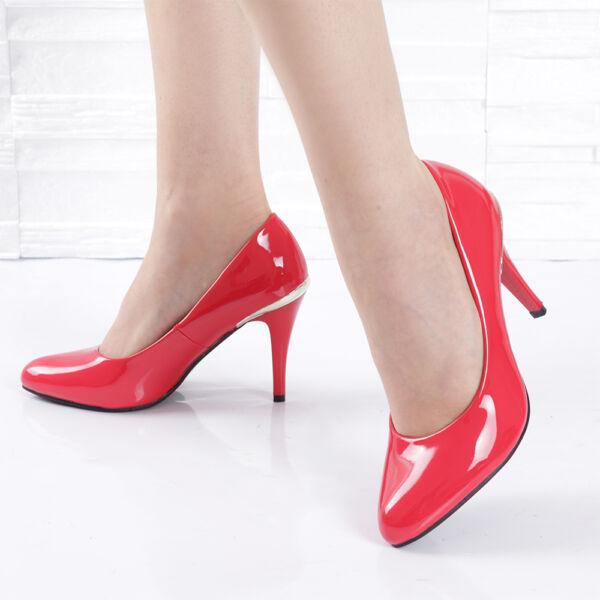 Alkalmi tűsarkú lakk piros női cipő, elegáns fémes díszítéssel
