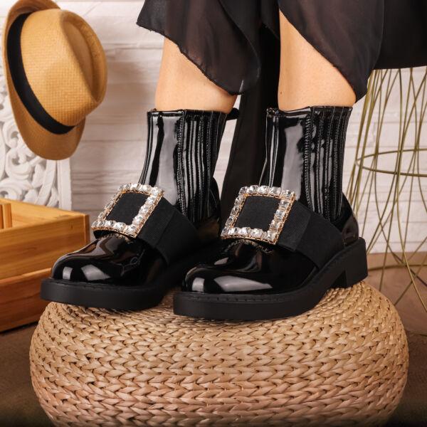 Női fekete lakk bokacsizma, strasszos fém díszítéssel
