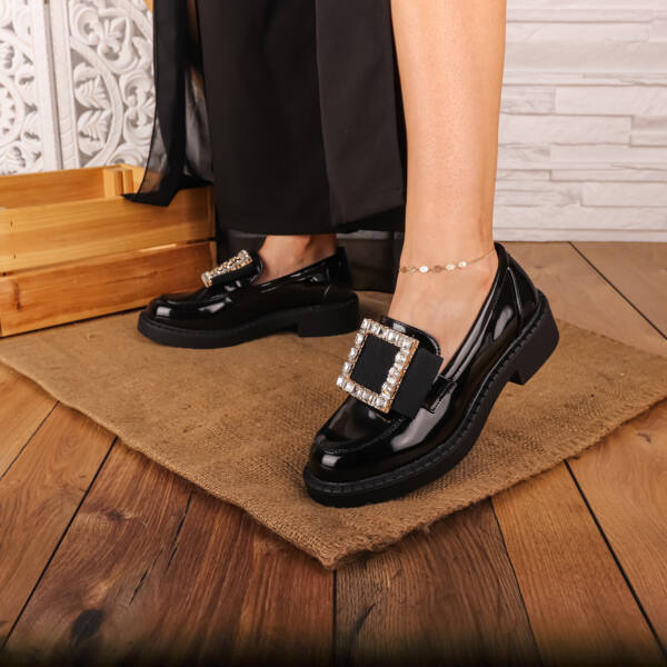Női fekete lakk mokaszin, strasszos fém díszítéssel